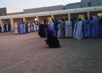 طابير من الناخبين أمام أحد المكاتب للإدلاء بأصواتهم